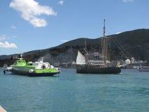 Le barche a vela ed il motore spediscono su una baia dell'isola di Poros in Grecia Immagine Stock