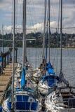 Le barche a vela hanno attraccato dal pilastro in roccia bianca, BC immagine stock