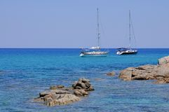 Le barche a vela hanno attraccato nel bello mare della Sardegna Fotografia Stock