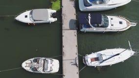 Le barche a vela hanno attraccato nel porto, molti bei yacht La visualizzazione superiore sugli yacht e sulle barche ha attraccat archivi video