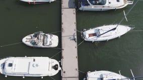 Le barche a vela hanno attraccato nel porto, molti bei yacht La visualizzazione superiore sugli yacht e sulle barche ha attraccat video d archivio