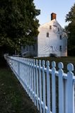 Le bardeau blanc a dégrossi le bâtiment - Shaker Village de Pleasant Hill - le Kentucky central image stock