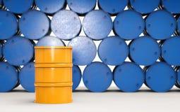 Le baril jaune avec le bleu barrels le fond Image libre de droits