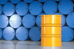Le baril jaune avec le bleu barrels le fond Photographie stock libre de droits