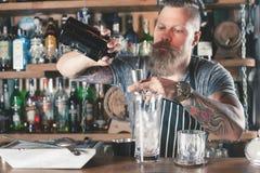 Le barman beau fait le chocolat Negroni de cocktail Images stock