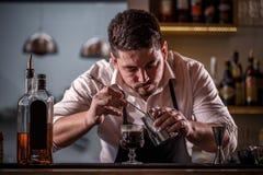 Le barman a décoré le cocktail de café photos stock