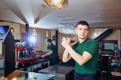 Le barman de barman jette le verre pour un cocktail à la barre Photo libre de droits