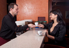 Le barman donne au serveur par cuvette de café Photo stock