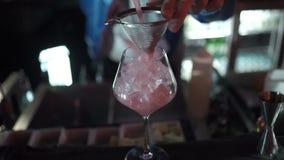 Le barman expert fait le cocktail à la boîte de nuit banque de vidéos