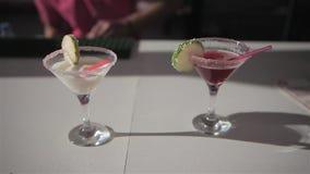 Le barman fait deux cocktails sur la barre de plage banque de vidéos