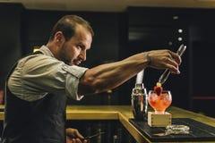 Le barman fait le cocktail à la boîte de nuit images stock