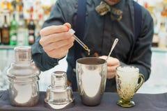 Le barman fait le cocktail au compteur de barre images libres de droits