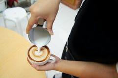 Le barman a fait un art de latte photos libres de droits