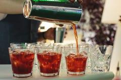 Le barman fait un cocktail images libres de droits