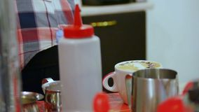 Le barman font l'art de latte banque de vidéos