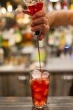 Le barman font un cocktail rouge photographie stock libre de droits