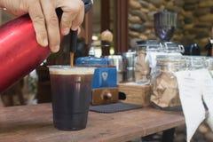 Le barman force l'azote dans le le café Photo libre de droits