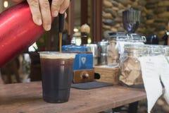 Le barman force l'azote dans le le café Photographie stock