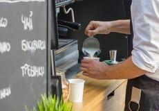 Le barman masculin prépare le latte Photographie stock libre de droits