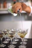 Le barman pleut à torrents martini Photographie stock libre de droits