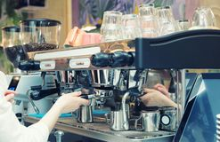 Le barman prépare le café, modifié la tonalité image libre de droits