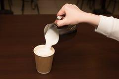 Le barman prépare le cappuccino de café photos stock