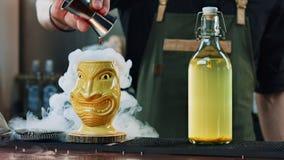 Le barman prépare le cocktail de tiki photo libre de droits