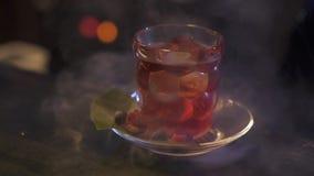Le barman prépare un cocktail alcoolique délicieux banque de vidéos