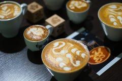 le barman professionnel fait le cygne sur le plan rapproché de latte Photos stock