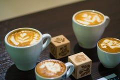 le barman professionnel fait le cygne sur le plan rapproché de latte Image libre de droits