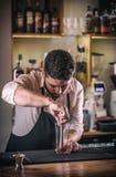 Le barman professionnel préparent le cocktail photographie stock libre de droits