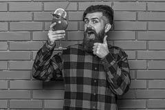 Le barman recommande d'essayer la boisson Homme dans la chemise à carreaux photo stock