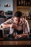 Le barman remue le cocktail photo libre de droits