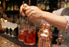 Le barman remue des cocktails images stock