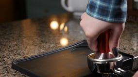 Le barman se prépare au cappuccino café de capuchon fondé effectuer l'eau de filets Barman au café Tasser le cafè moulu frais Le  clips vidéos