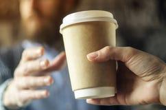 Le barman sert le café à un homme Concept de pause-café images stock