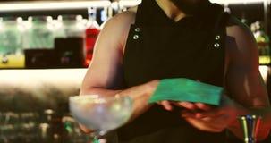 Le barman souffle sur un verre propre clips vidéos