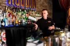 Le barman travaillant rapidement photo stock