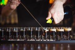 Le barman verse beaucoup de B53 image libre de droits