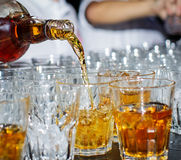 Le barman verse le whiskey Images stock