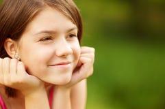 le barn för charmig closeupkvinnligstående royaltyfri fotografi