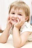 le barn för flickastående Arkivbilder