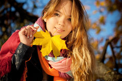 le barn för flickastående Arkivfoton