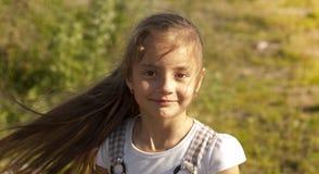 le barn för flickastående royaltyfri foto