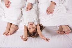Le barnet i hem- sovrum med förälder` s fotografering för bildbyråer