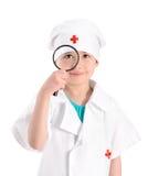 Le barnsjuksköterskan med förstoringsglaset arkivfoto