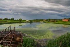 Le barrage d'étang sur Malaya Tokmachka River images libres de droits