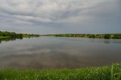 Le barrage d'étang sur Malaya Tokmachka River photographie stock libre de droits