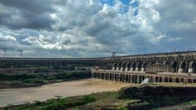 Le barrage d'Itaipu est un hydroeletric sur le fleuve Parana, Foz font Iguazu, Parana, Brésil images libres de droits
