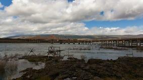 Le barrage de Dalles et le pont de Dalles à travers la gorge du fleuve Columbia banque de vidéos
